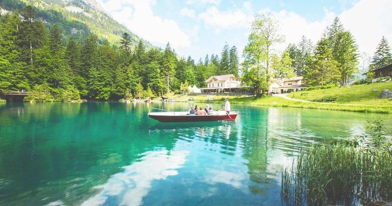 جولة على متن قارب في البحيرة الزرقاء في أنترلاكن
