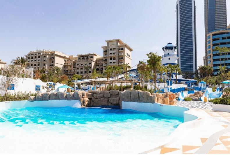 منتجعات دبي بمسبح خاص